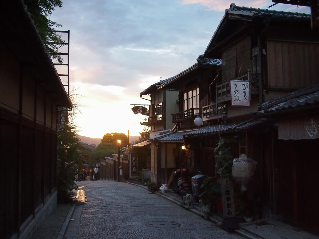 Bild 30. Die Sonne legt sich über die Stadt.