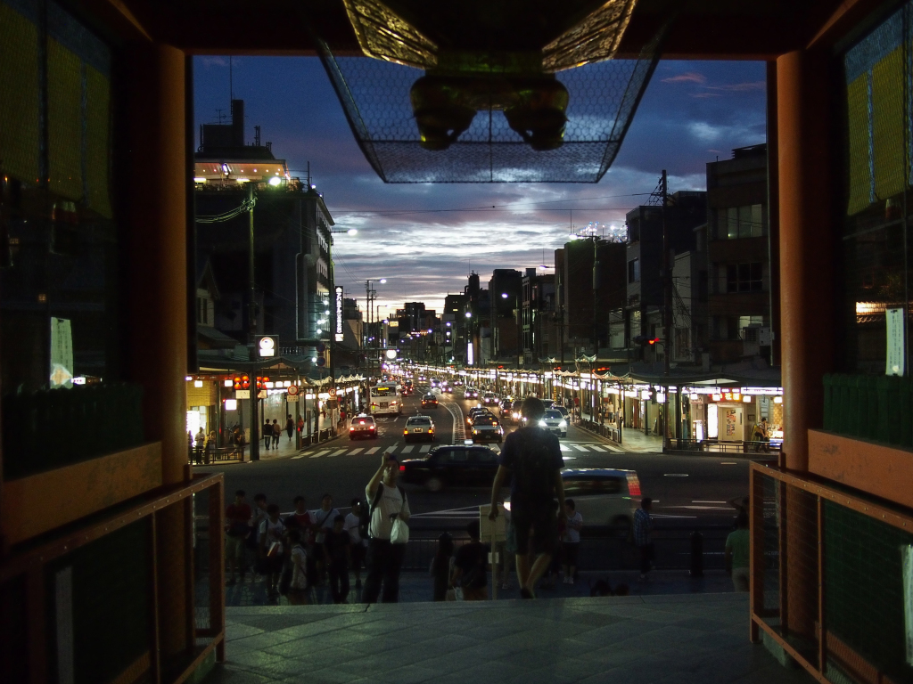 Bild 40. Die Straße aus dem Tor heraus.