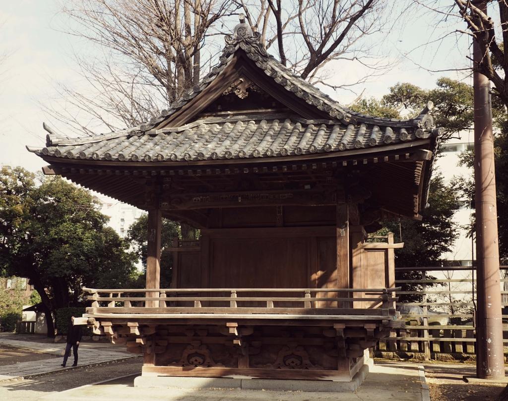 Bild 8. Der 神楽殿 kaguraden, die Bühne auf der Tänze bei den Festen aufgeführt werden.