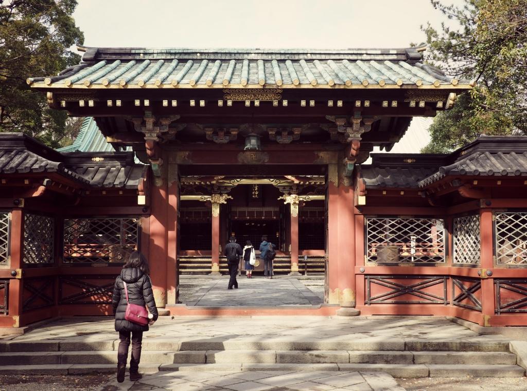 Bild 9. Der Eingang zum 拝殿 haiden, der Gebetshalle im Hintergrund.