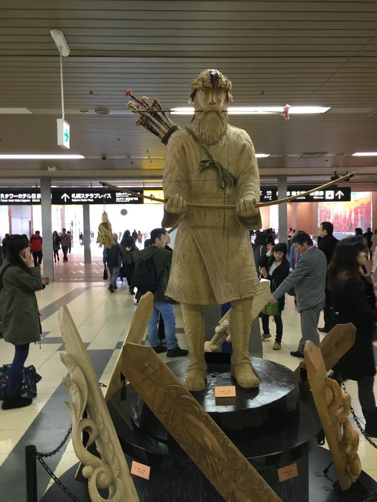 Bild 28. Eine Ainu-Statue im Bahnhof.