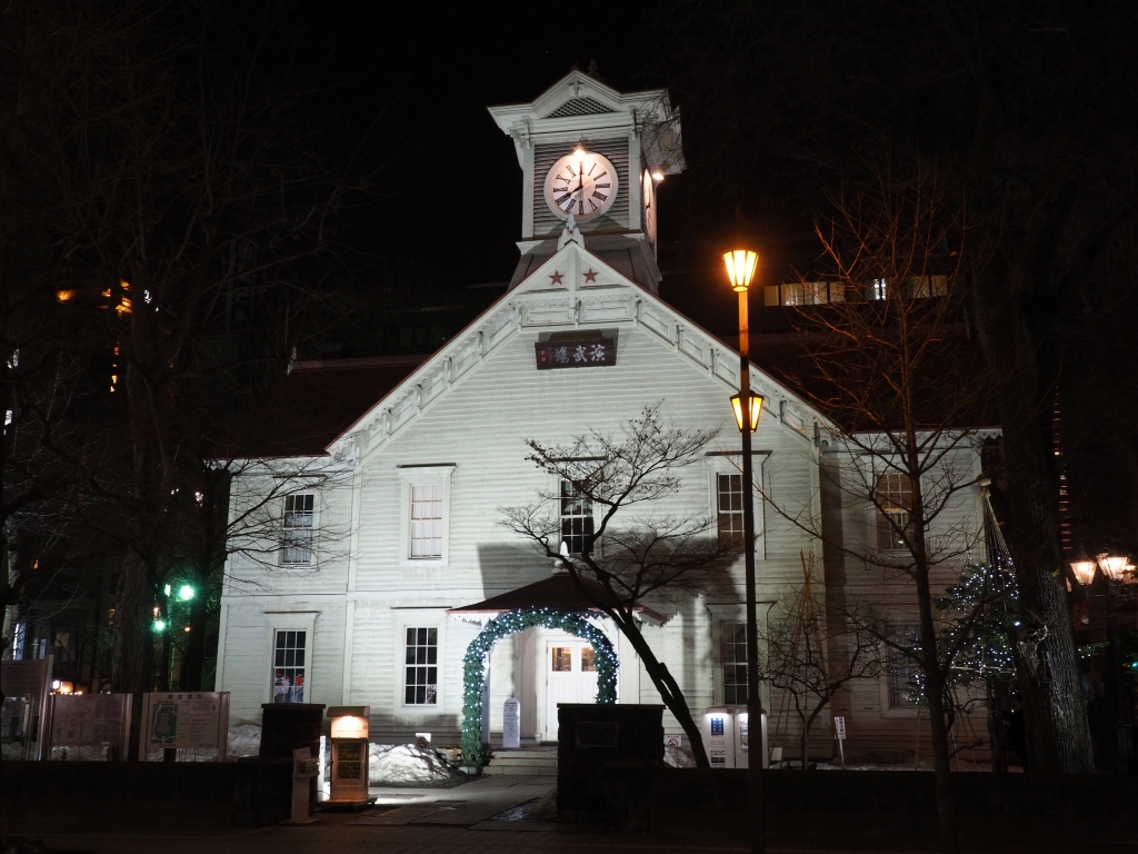 Bild 10. Der berühmte Uhrenturm Sapporos. Auch heute noch schallen seine Glocken stündlich durch die Stadt.